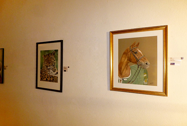 """Ausstellung im Alten Dampfbad in Baden-Baden - Amur Leopard """"Akin"""" und Dressurpferd """"Weltmeyer""""  in Pastellkreide von Katja Sauer"""