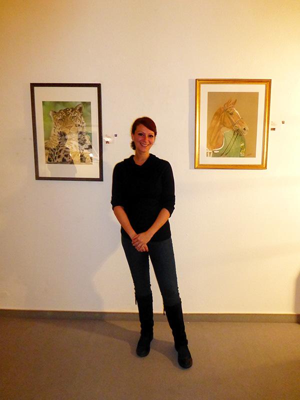 """Ausstellung im Alten Dampfbad in Baden-Baden - Künstlerin Katja Sauer mit Amur Leopard """"Akin"""" und Dressurpferd """"Weltmeyer"""" in Pastellkreide"""
